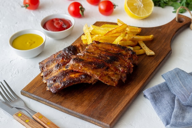 Żeberka barbecue z frytkami. kuchnia amerykańska. grill. grill.