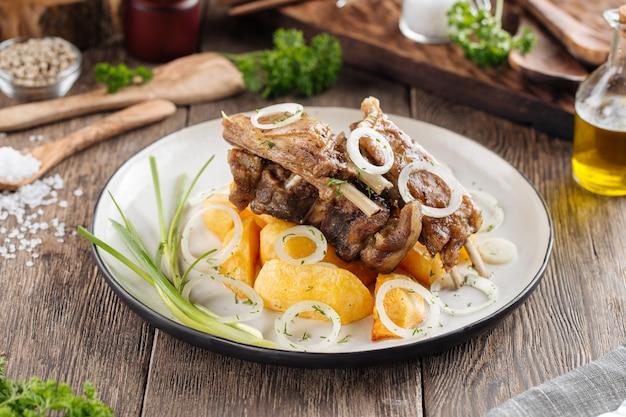 Żeberka jagnięce z ziemniakami i cebulą