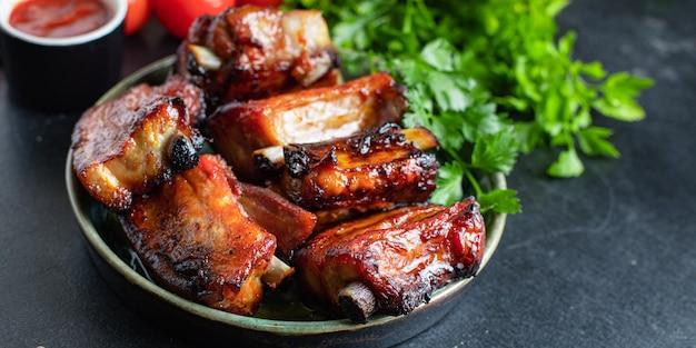 Żeberka kawałki mięsa z kością i smalcem grillowany sos bbq drugie danie