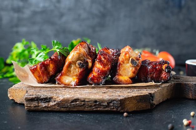 Żeberka mięsne kawałek grillowany sos przyprawowy bbq drugie danie przekąska