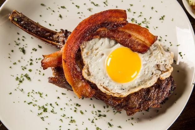 Żeberka prime z jajkiem i boczkiem