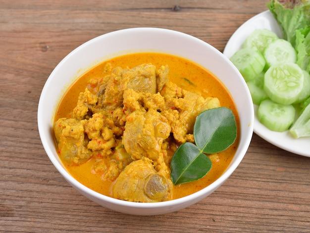 Żeberka wieprzowe curry z kurkumą i kremem kokosowym