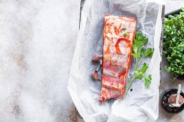 Żeberka wieprzowe surowe mięso na przekąskę z kością wołową lub jagnięcą