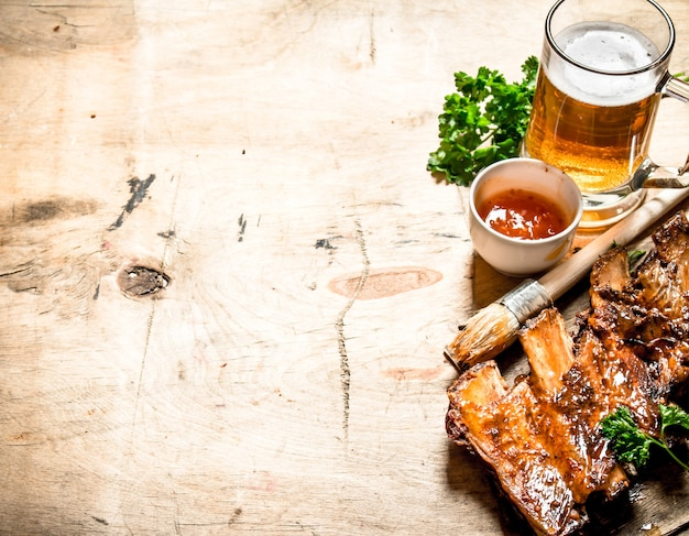 Żeberka wieprzowe z grilla z sosem pomidorowym i piwem na podłoże drewniane