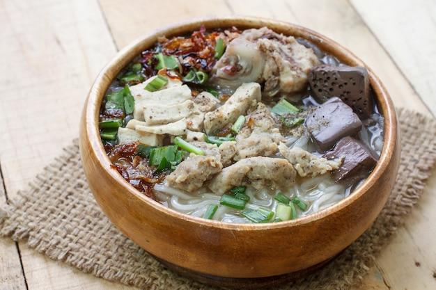 Żeberka wieprzowe zupa z makaronem ryżowym, wietnamska zupa z makaronem