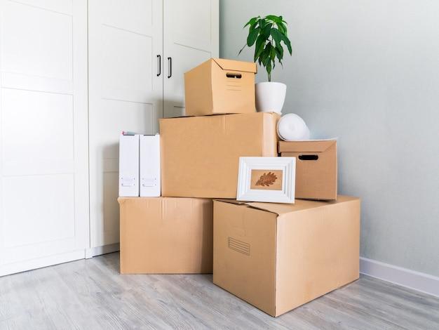 Zebrano wiele pudełek do przeniesienia z miejscem na kopię. pudełka w pustym pokoju w dniu przeprowadzki do nowego domu