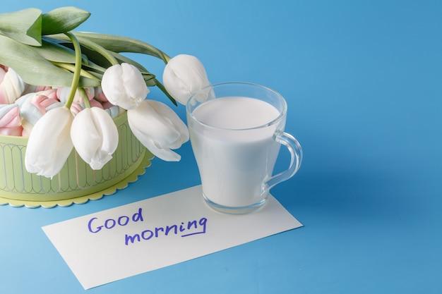 Zefir, kubek mleka i białe tulipany