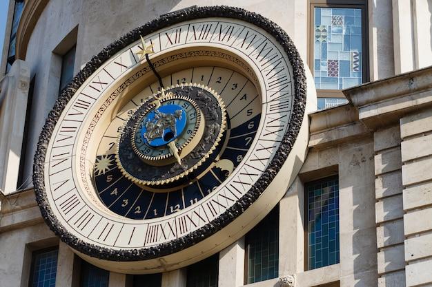 Zegar astronomiczny na fasadzie budynku w batumi