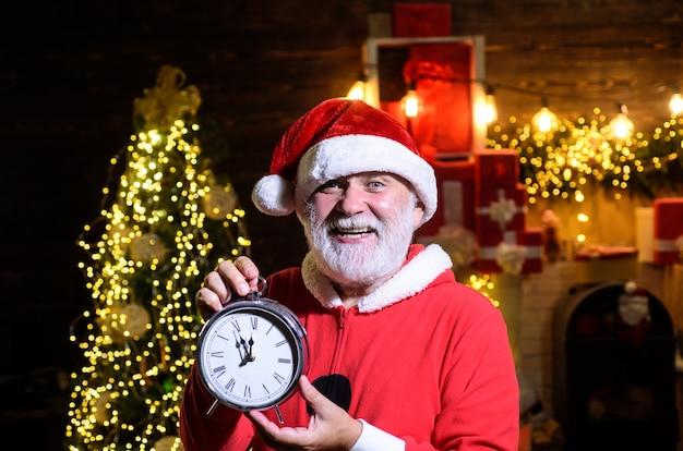 Zegar bożonarodzeniowy czas bożego narodzenia święty człowiek świętuje boże narodzenie nowy rok impreza nowy rok zegar zima