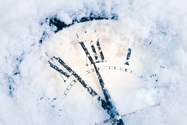 Zegar bożonarodzeniowy na śniegu