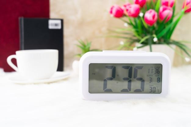 Zegar cyfrowy i filiżanka kawy, czas kawy
