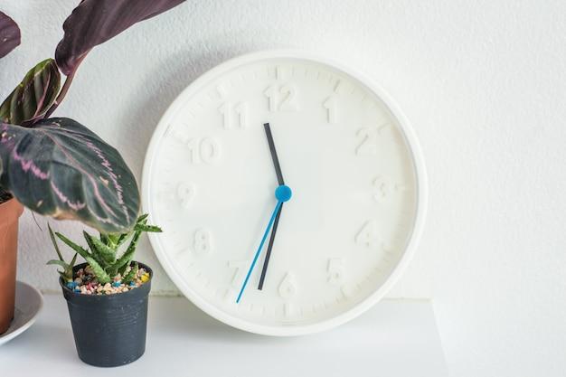 Zegar dekoracyjny na ścianie