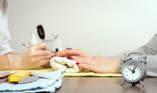 Zegar i manicure
