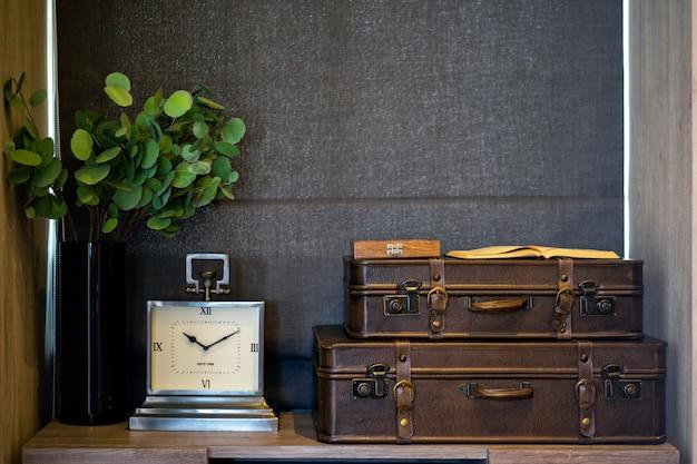 Zegar i stara skórzana walizka w sypialni. nowoczesna sypialnia. projektowanie wnętrz.