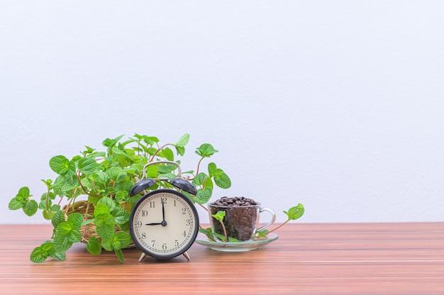 Zegar i ziarna kawy na biurku