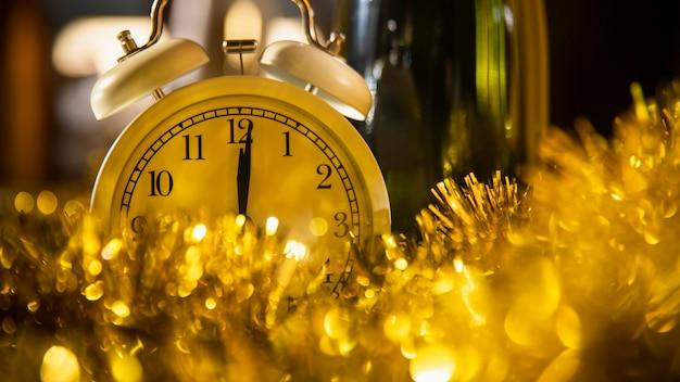Zegar między złotymi dekoracjami