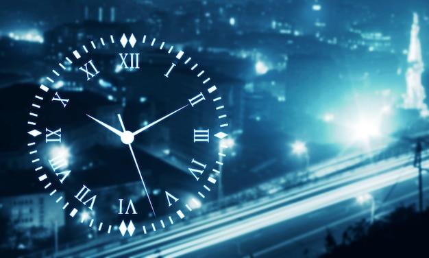 Zegar na niebieskim rozmytym tle