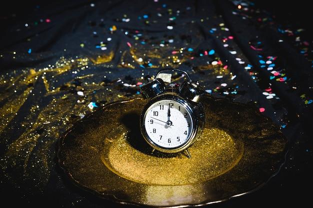 Zegar na tabliczce z cekinami