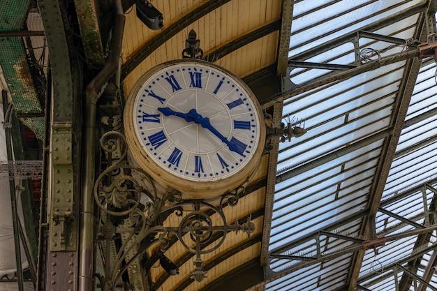 Zegar na tradycyjnym dworcu w paryżu, francja
