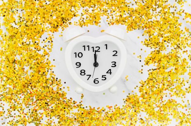 Zegar otoczony złotym brokatem
