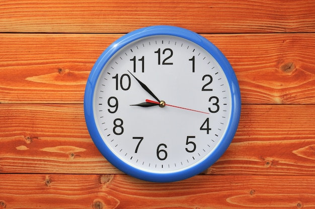 Zegar ścienny na drewnianym