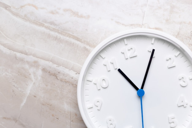 Zegar ścienny na kolor tła