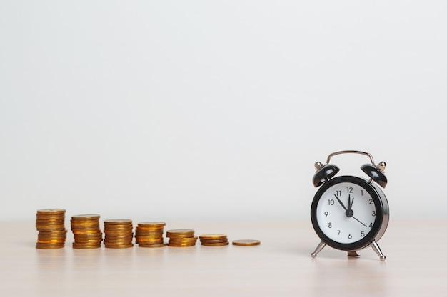 Zegar stołowy z monetami