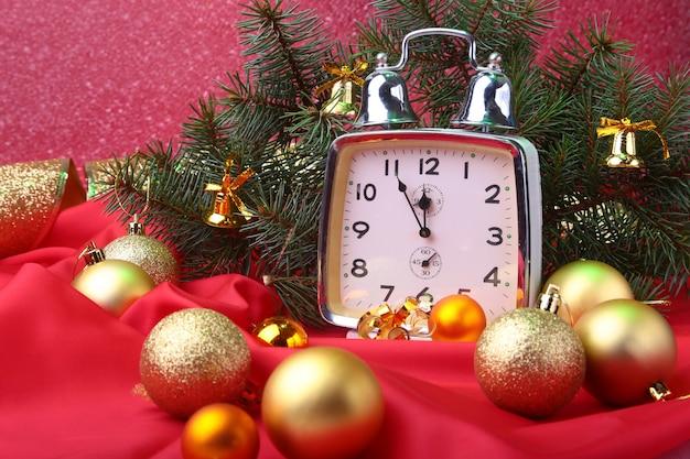Zegar świąteczny. dekoracja sylwestrowa z bombkami i drzewem. koncepcja obchodów nowego roku.