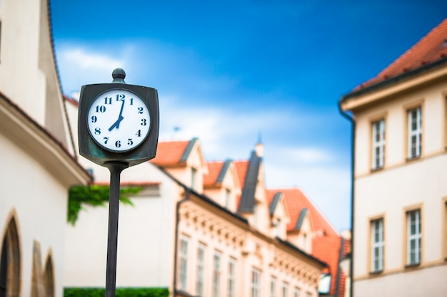 Zegar uliczny na placu w europejskich miastach