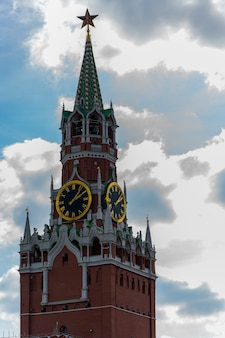 Zegar wieżowy na kremlu. stara wieża kremla.