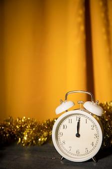 Zegar wysoki kąt na stole rozrządu podejście nowego roku