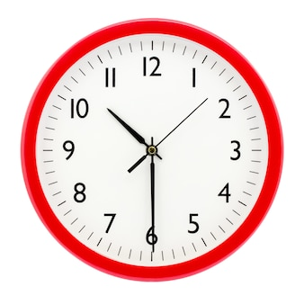 Zegar z czerwoną okrągłą ramką na na białym tle