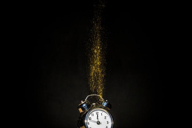 Zegar z jasnymi spadającymi cekinami