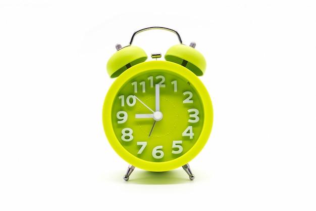 Zegar zielony na białym tle