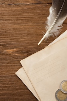 Zegarek i pióro atramentowe w kopercie na tekstura tło drewna