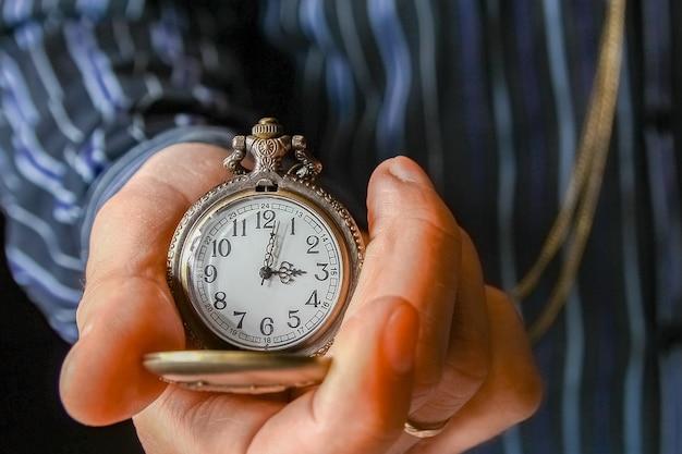 Zegarek kieszonkowy w rękach mężczyzny