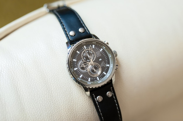 Zegarek męski z czarnym skórzanym paskiem