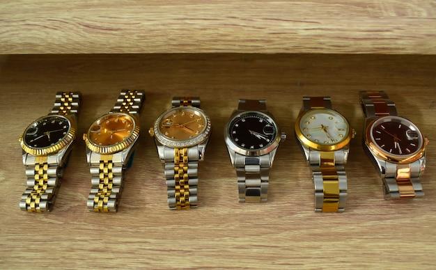 Zegarek posh, umieszczony na błyszczącej szklanej podłodze