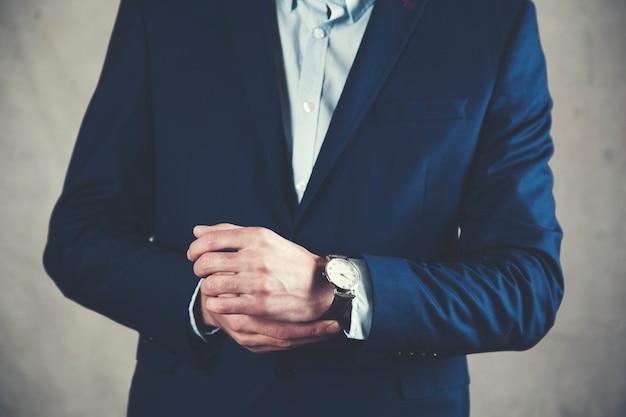 Zegarek ręczny biznesmena na szarym tle