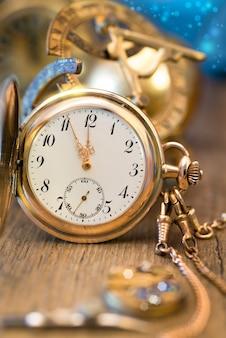 Zegarek vintage pokazujący od pięciu do dwunastu