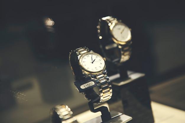 Zegarki na rękę w luksusowym sklepie