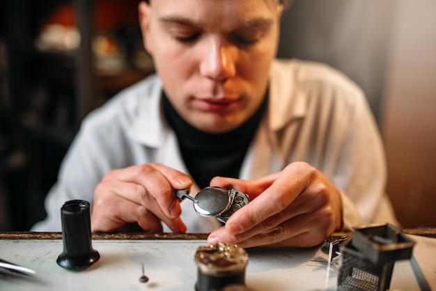 Zegarmistrz naprawy starych zegarów biegów zbliżenie