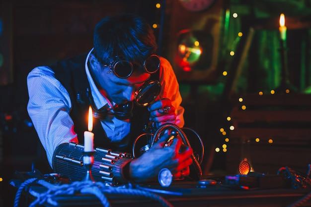 Zegarmistrz z lupą naprawia zegarek z warsztatu zegarmistrzowskiego