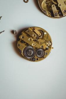 Zegary części na stole