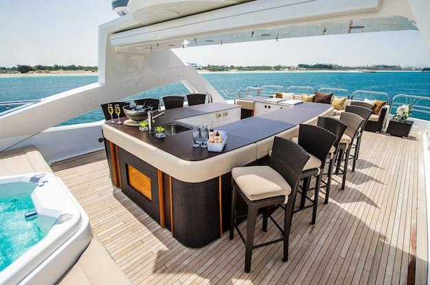 Żeglarstwo dziobowe łodzi w błękitne morze śródziemne w letnie wakacje