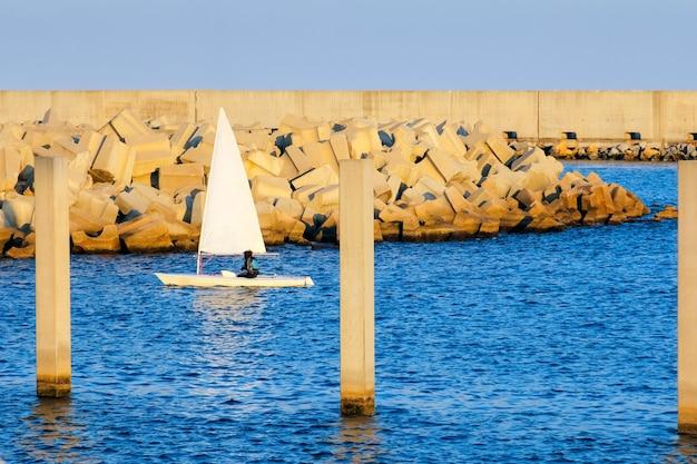 Żeglarz na błękitne wody oceanu przy brzegu