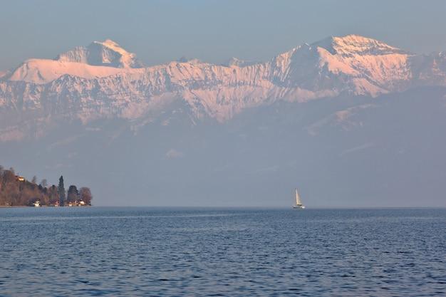 Żeglowanie łódź na jeziornym thun, szwajcaria