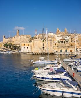 Żeglowanie łodzie na senglea marina w uroczystej zatoce, valetta, malta
