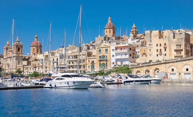 Żeglowanie łodzie na senglea marinie w uroczystej zatoce, valetta, malta