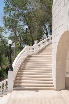 Zejście na ural schody schodów prowadzących w dół do nasypu zabytek architektoniczny